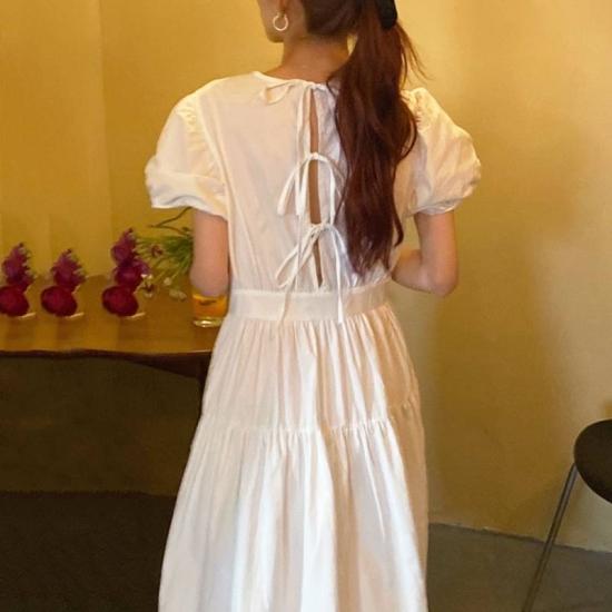 バックリボンのワンピースを着た女性