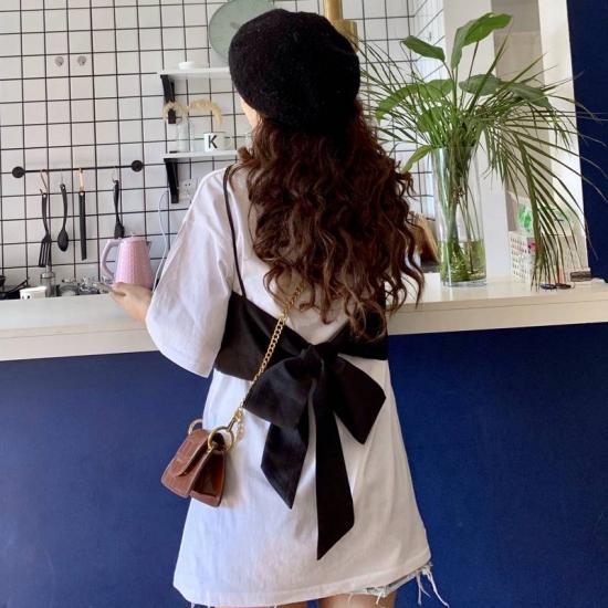 バックリボンワンピースを着た女性