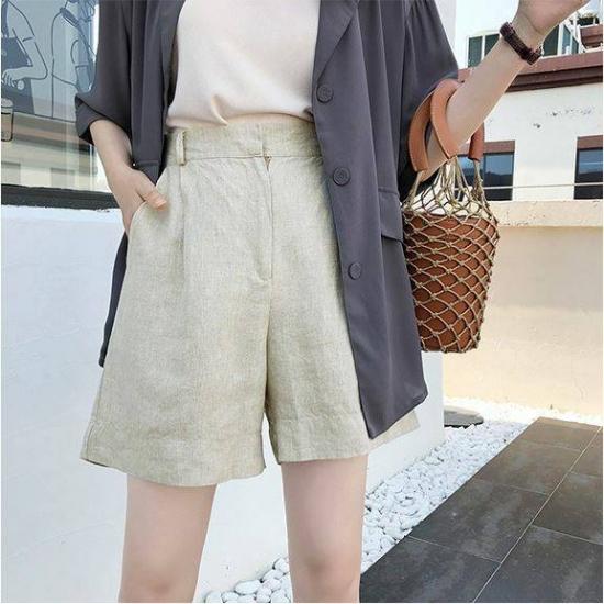 リネンショートパンツを着た女性