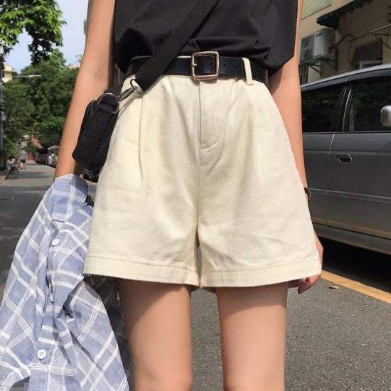 ショートパンツを着た女性