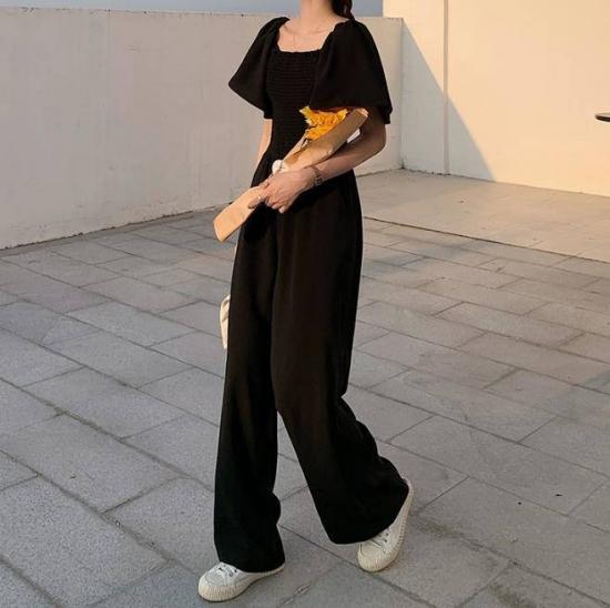 オールインワンを着た女性