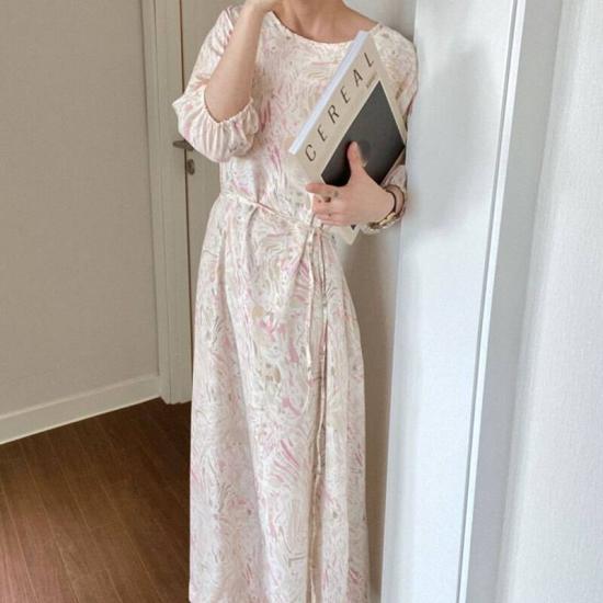 タイダイ柄ワンピースを着た女性