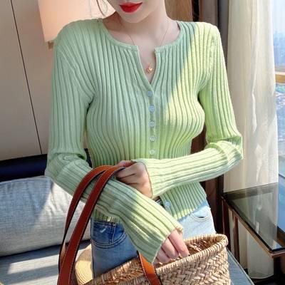 グリーンのカーディガンを着た女性