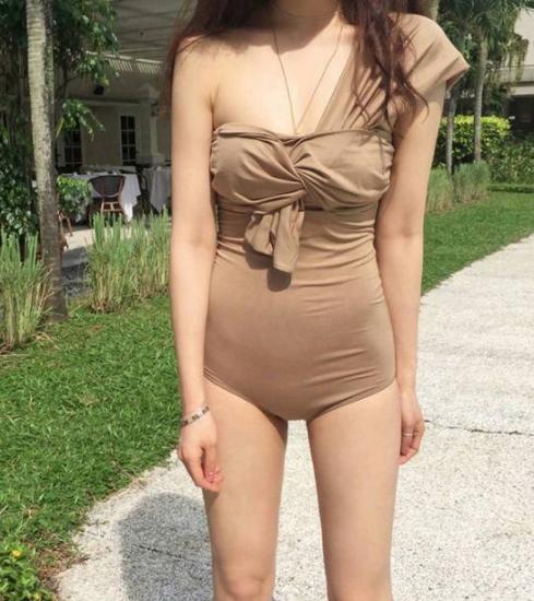 水着を着た女性