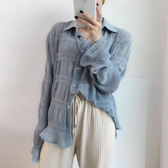シアーシャツを着た女性
