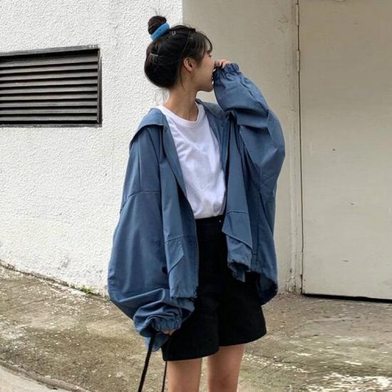パーカーを着た女性