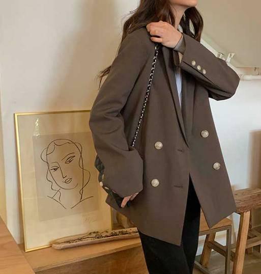 テーラードジャケットを着た女性