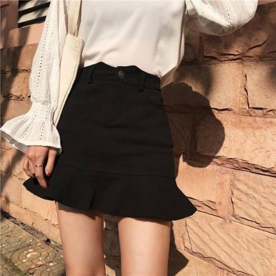 ミニスカートを着た女性
