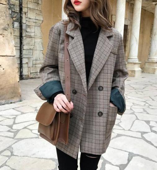 チェック柄ジャケットを着た女性