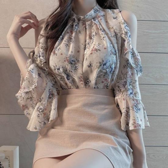 花柄ブラウスを着た女性