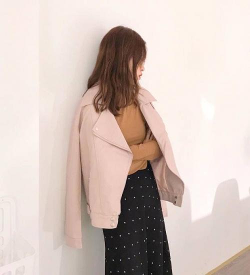 レザージャケットを着た女性