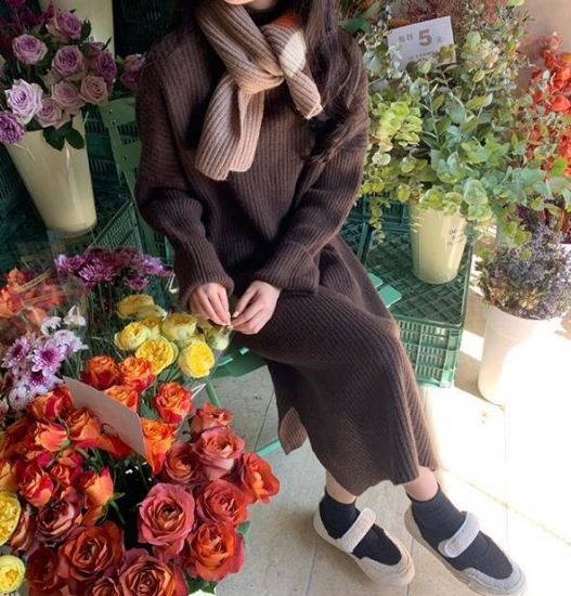 ブラウンワンピースを着た女性