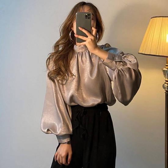 ブラウスを着た女性