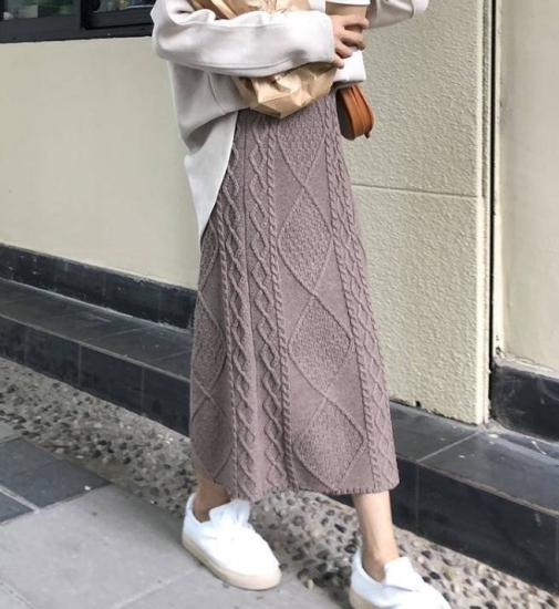 ニットスカートを履いた女性