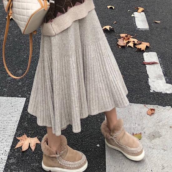 ニットスカートを着た女性