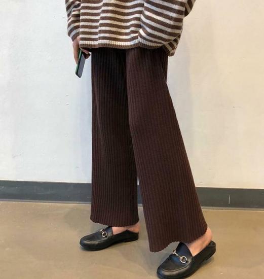 ニットパンツを履いた女性