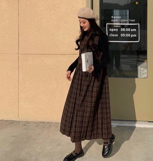 ジャンパースカートを着た女性
