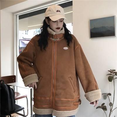 フライトジャケットを着た女性