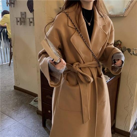 ロング丈アウターを着た女性