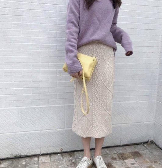 ケーブルニットスカートを着た女性
