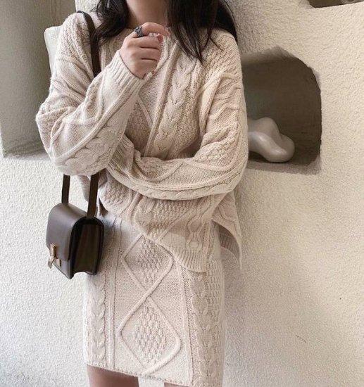 ニットセットアップを着た女性