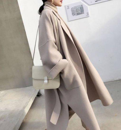 ラテカラーコートを着た女性