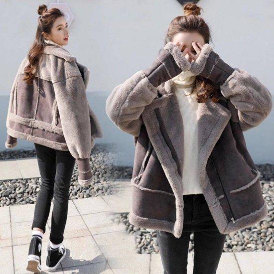 ムートンコートを着た女性