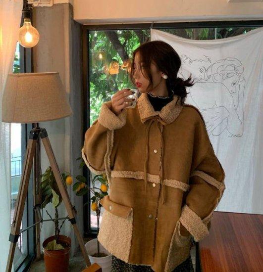 ボアジャケットを着た女性