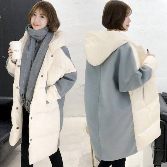 ロング丈ダウンコートを着た女性