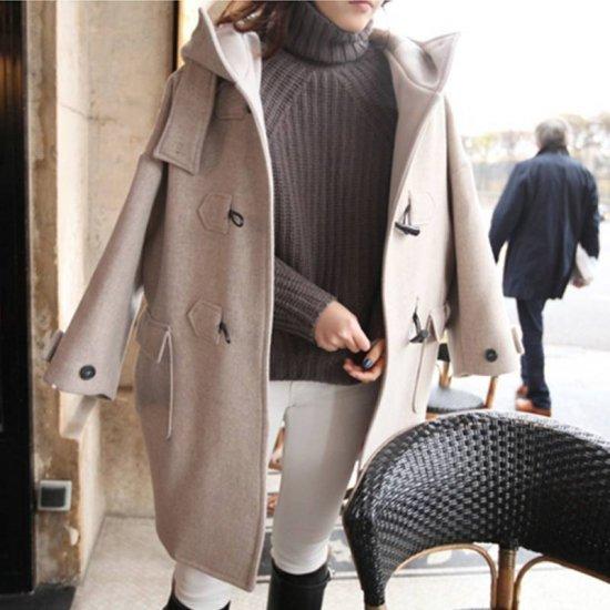 ダッフルコートを着た女性