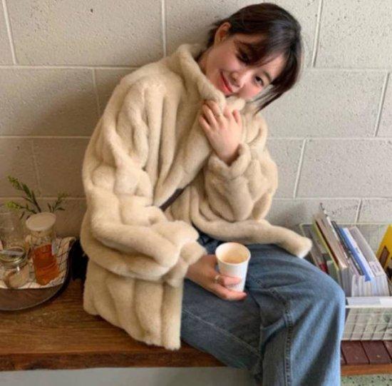 ファージャケットを着た女性