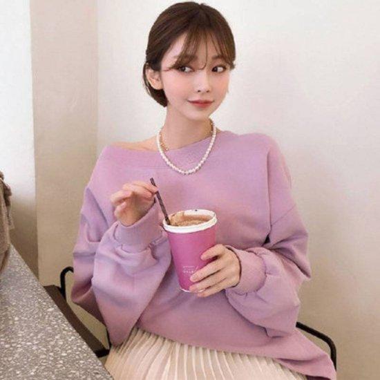 ピンクのスウェットを着た女性