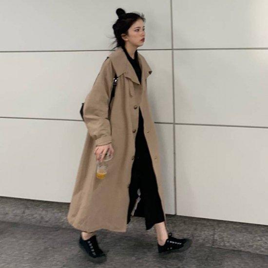 ビッグカラーのコートを着た女性