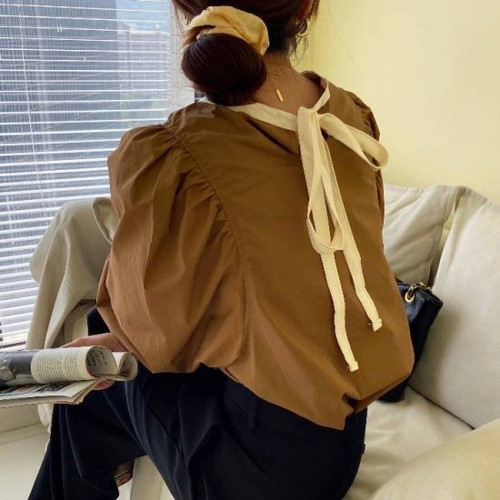 パフスリーブブラウスを着た女性