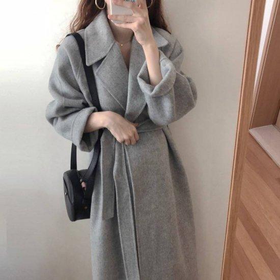 グレーのコートを着た女性