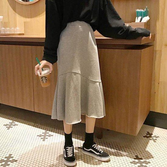 マーメイドスカートを着た女性
