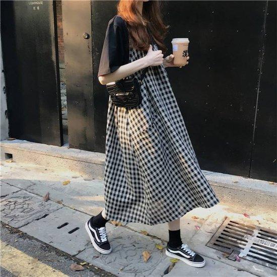 ギンガムチェック柄ワンピースを着た女性