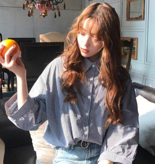 ギンガムチェック柄シャツを着た女性
