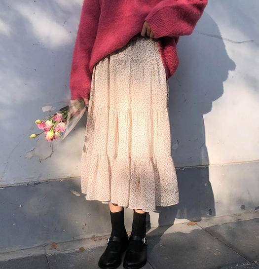 花柄スカートを着た女性