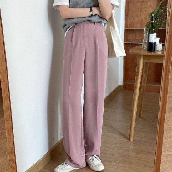 ワイドパンツを着た女性
