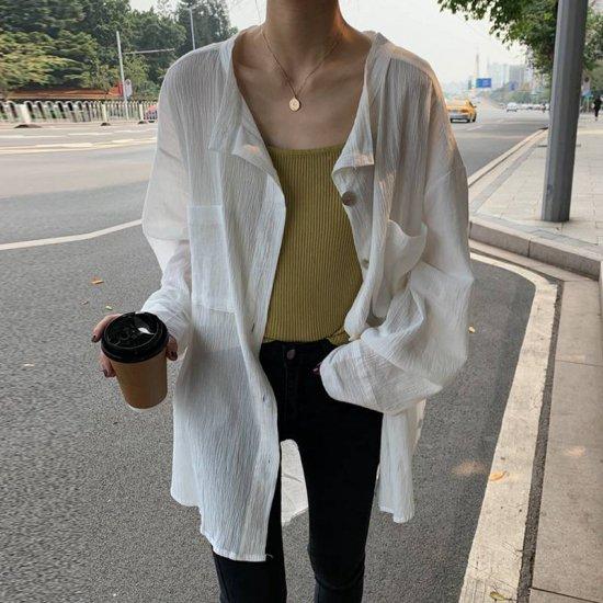 オーバーサイズシャツを着た女性
